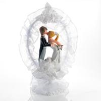 1 Couple de mariés s'embrassant, en céramique, finement décoré avec fleurs en tissus, et tulle